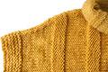 dos agujas chompa amarilla