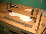Primero se sujeta bien la plantilla a la madera que formará el molde. En este caso MDF de 16mm