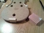 Restriego un poco de jabón en el molde donde tocarán los aros, para evitar que se peguen. Sólo se deben pegar por los tacos.