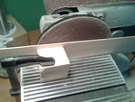 Para llevar la pieza hasta un grosor de 2 mm he usado el disco de mi lijadora con un taco de madera amarrado para definir el grosor.