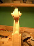 Finalmente se termina la caja del clavijero. El suelo quedará a unos 4 mm de los agujeros de las clavijas.