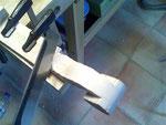 En este punto, también empiezo a cortar la madera sobrante de la parte trasera del clavijero.