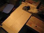 Primero cepillamos la parte más plana, que será la parte inferior de la tapa y donde dibujaremos el borde para cortar.