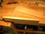 La madera de la tapa preparada para la unión frotada.