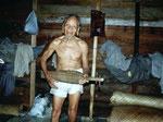 Der Kenyah Dayak zeigt uns seine Sape, das klassische Musikinstrument in Kalimantan.