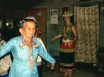 Die Dayak-Frauen zeigen uns ihre kostbaren Kleider und ihren Schmuck.