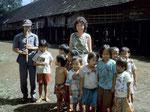 Der Lehrer in diesem Dorf begrüßt uns mit seinen Schülern.