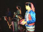 Die Benuaq Dayak tragen selbst gewebte Trachtenkleider und führen uns ihre traditionelle Musik und Tänze vor.