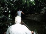 Am Oberlauf des Mahakam in Rukun Damai fuhr ein Dayak-Junge mit uns in einen Seitenarm zum Fischen. Mit einem Wurfnetz suchten wir den Bachlauf ab.