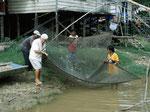 Die einheimischen Fischer halfen uns immer mit Begeisterung beim Fischfang.