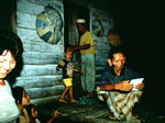 Auf Fotos von unserem letzten Besuch freuen sich die Dayaks ganz besonders.