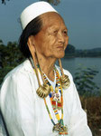 Kenyah Dayak Borneo: Die Kenyah Dayak bewohnten früher die inneren Primärwälder von Ostkalimantan. Bei gelegten Waldbränden wurden ihre Dörfer abgebrannt und ganze Dayak-Stämme am Unterlauf des Mahakam angesiedelt.
