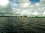 Am rückwärtigen Ende des Sees befindet sich das Dorf Semayang.