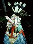 Bei ihren kulturellen Tanzfesten tragen die Männer kunstvolle Masken und einen Bastumhang. Früher trugen sie einen Umhang aus Bananenblättern.