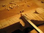 Con un formón del ancho adecuado recién afilado, empiezo a eliminar la madera sobrante.