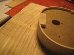 Antes de marcar la silueta, taladro un agujero de 1.5mm a unos 4mm desde el borde de los aros hacia el interior. También se taladra a la misma altura en los tacos superior e inferior unos 5 mm. Así siempre colocaremos los aros en el mismo lugar.