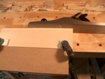 Aquí he dispuesto un tablón y una parte del fondo arriba. Utilizando el cepillo de lado, obtengo un ángulo recto exacto en uno de los lados de la madera. Esto es útil para establecer ya la parte inferior de lo que será la tapa.