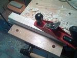 Mientras se secan los aros, he aprovechado para cepillar el bloque de madera de arce con el que haré el mango, hasta una anchura de 42 mm y una altura de 50. Hay que ajustar muy bien el cepillo para cortar muy poco grosor.