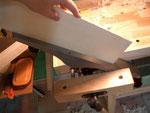 Una vez tengo las piezas con un ángulo recto, voy a cepillarlas otra vez, pero ahora con el cepillo en la mordaza del banco y moviendo la pieza sobre él. He comprobado que este tipo de cepillado me resulta más eficaz para conseguir una buena unión.