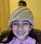 Ariela modelando el gorrito odessa con pompón de dos colores que le tejió su mami Raquel!