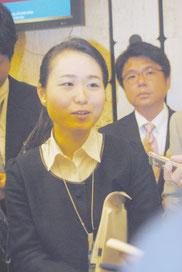 演説後、報道陣の取材を受ける我那覇氏。後ろは砥板氏=22日、国連ビル内