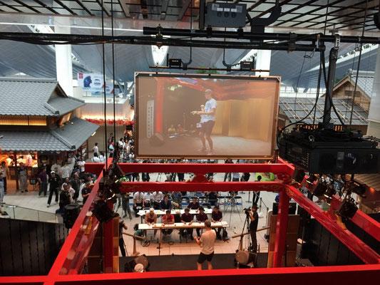 江戸舞台の上からも進行がわかる大型スクリーン