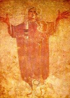 Mujer orando con manos levantadas