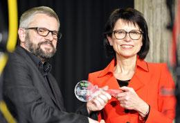 Helga Akkermann übergibt den symbolischen Schlüssel an ihren Nachfolger Carsten Milde (Foto: GEN)