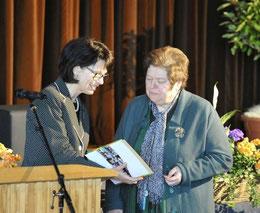 Lore Seifert wird per Urkunde von Helga Akkermann in den Ruhestand verabschiedet. (Foto: GEN)