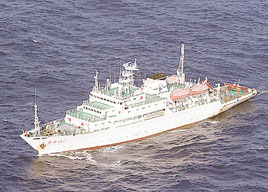 日本のEEZ内を航行する中国海洋調査船「東方紅2」(第11管区海上保安部提供)