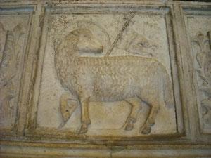 Agnus Dei o Cordero de Dios. Tumba del Babtisterio de Florencia, Italia