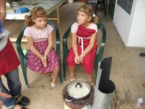 Teresa i Júlia fent crispetes amb la rocket