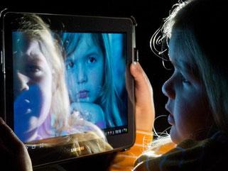 Tippen und Wischen: Auch Kinder nutzen Tablets und Co. Kinderärzte warnen davor. Foto: Boris Roessler