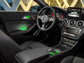 In neuem Licht: Mercedes bietet im Cockpit der A-Klasse eine Ambientebeleuchtung in zwölf Farben an. Foto: Daimler