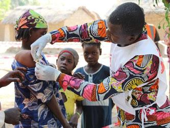 Impfaktion der Ärzte ohne Grenzen gegen Masern, Polio und Meningitis in einem von der Hilfsorganisation installierten Gesundheitszentrum im Tschad. Foto: Samantha Maurin/Ärzte ohne Grenzen e. V.