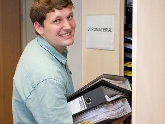 Der Auszubildende Lennard Kauke gehört zu den 100.000 Studienabbrechern in Deutschland. Er macht nun eine Ausbildung als Industriekaufmann. Dabei profitiert er vom Abbrecher-Programm der IHK Osnabrück. Foto: Friso Gentsch