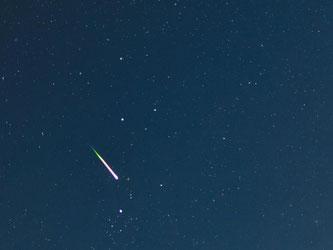 Eine Sternschnuppe leuchtet am Nachthimmel. In den lauen Sommernächten im August 2015 dürfen sich Sternengucker auf besonders viele Sternschnuppen freuen. Foto: Patrick Pleul/Archiv