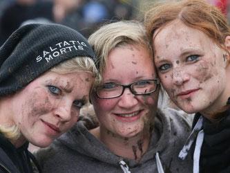 Schlammschlacht gefällig: Die Metal-Fans Katharina, Melanie und Anna aus Ibbenbüren in Wacken. Foto: Axel Heimken