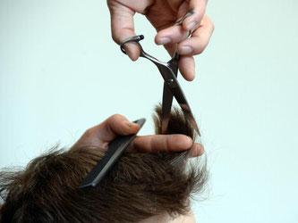 Bei Friseuren steigt der Mindestlohn auf 8,50 Euro. Foto: Susann Prautsch