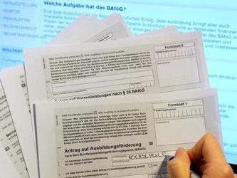 Antrag auf Ausbildungsförderung (Bafög): Rund 925 000 junge Menschen bekamen 2014 Geld nach dem Bundesausbildungsförderungsgesetz. Foto: Marcus Brandt