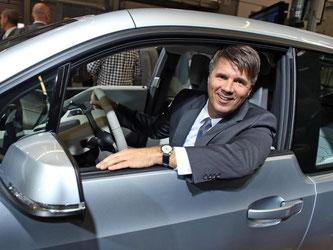 BMW-Produktionsvorstand Harald Krüger in einem i3. Foto: Jan Woitas/Archiv