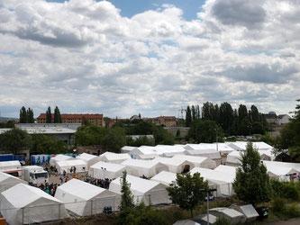 Das Zeltlager für Flüchtlinge in Dresden kann bis zu 1100 Personen aufnehmen. Die Flüchtlinge haben hier keine festen Behausungen. Foto: Arno Burgi
