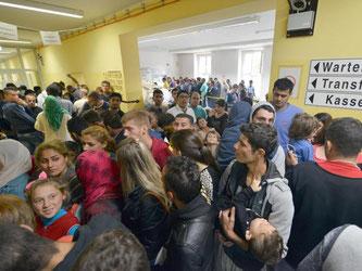 Der Wartegang zur Erstaufnahme in einer Auffangeinrichtung in Trier platzt aus allen Nähten. Eigentlich haben hier nur 844 Flüchtlinge Platz, zur Zeit leben aber 1400 Menschen in der Einrichtung. Foto: Harald Tittel
