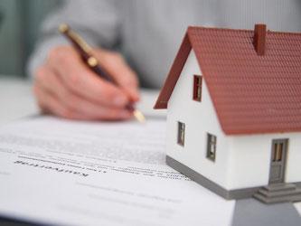 Steigen die Zinsen für Immobilienkredite oder bleiben sie so niedrig? Wer sich gegen Steigerungen absichern will, kann ein sogenanntes Volltilgerdarlehen wählen. Foto: Andrea Warnecke