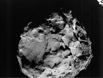 «Tschuri» überrascht Astronomen: Der Komet enthält organische Moleküle und eine Oberfläche, die stellenweise weich wie Neuschnee, andernorts extrem hart ist. Foto: ESA/Rosetta/Philae/ROLIS/DLR/dpa