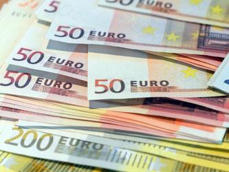 Der 50-Euro-Schein wird am häufigsten gefälscht. Foto: Federico Gambarini/Archiv