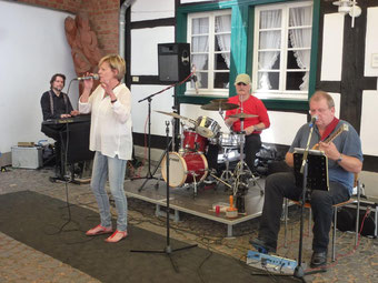 "Die Band ""listen here"" mit Sängerin Gisela Peters"