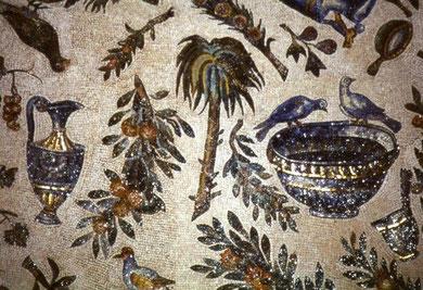 Ánforas, cráteras, agua que evoca el líquido vivificador son temas recurrentes, la palmera símbolo de inmortalidad..ramas de vid haciendo alusión a la Eucaristía..