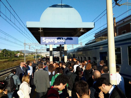 Pendolari esasperati fermi e bloccati questa mattina alla stazione di Sgurgola