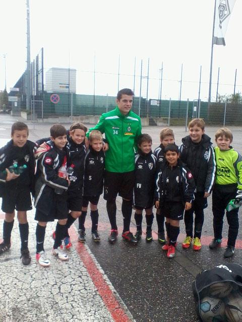 Unser Team mit Granit Xhaka beim Freundschaftsspiel am 04.11.2012 im Borussiapark